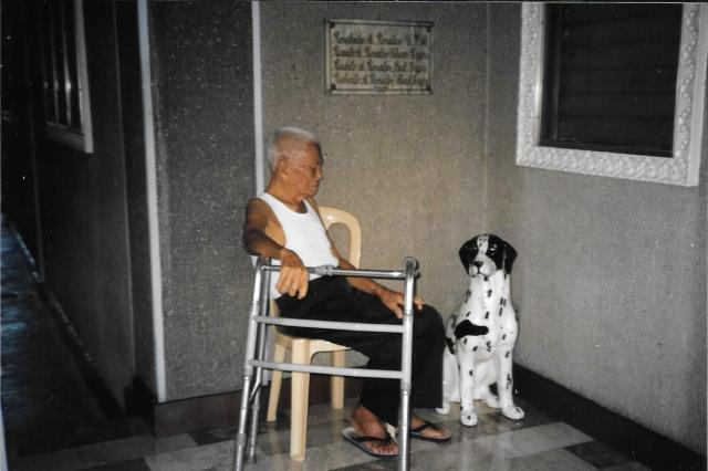 Lolo with the dog statue 2